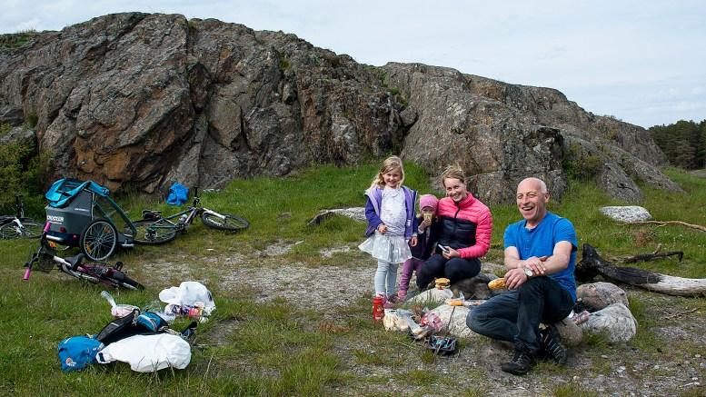 SYKKELTUR PÅ TROMØY: Denne hyggelige sykkelfamilien rastet på Hove og spanderte stekt pølse på artikkelforfatteren. Foto: Guttorm Eskild Nilsen