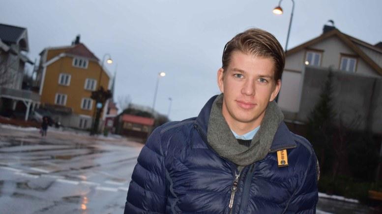 DELE VEIEN: Tromøy-syklisten Adrian Endré Westgård (18) mener både bilister og syklister må dele veien. Foto: Esben Holm Eskelund