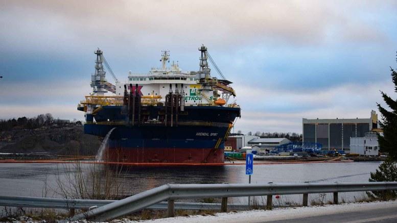 ARENDAL SPIRIT: Siden 10. desember har boligriggen ligger i opplag i Arendal Havn på Eydehavn. Der kan den bli liggende lenge. Foto: Esben Holm Eskelund