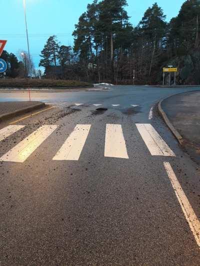 <b>LAPPING:</b> Mesta skal raskt ha kommet for å reparere torsdag morgen. Foto: Nils Petter Nilsen