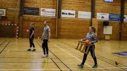 KORTREISTE TRENERE: Fanny Skindlo (t.h.) Fredrik Walderhaug og Nikoline Monserud-Sandberg stilte opp som intstruktører på Traumas håndballskole. Foto: Esben Holm Eskelund