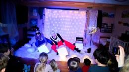BLÅKLOKKEN BARNEHAGE: Elisabet Hagli Aars (t.v.) og Kristine Andersen Norberg i Tussilago og Glød produksjoner skapte snømagi for barna i Blåklokken barnehage på Tromøy. Foto: Esben Holm Eskelund