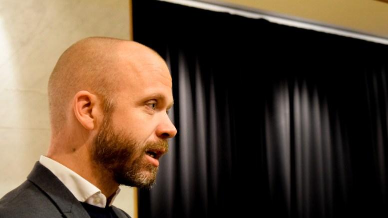 VARSLINGSRUTINER: Høyres Kristoffer Lyngvi-Østerhus er ikke fornøyd med hvordan varslere til Arendal kommune får informasjon om hvordan de kan gå frem for å si ifra om krenkelser. Foto: Esben Holm Eskelund