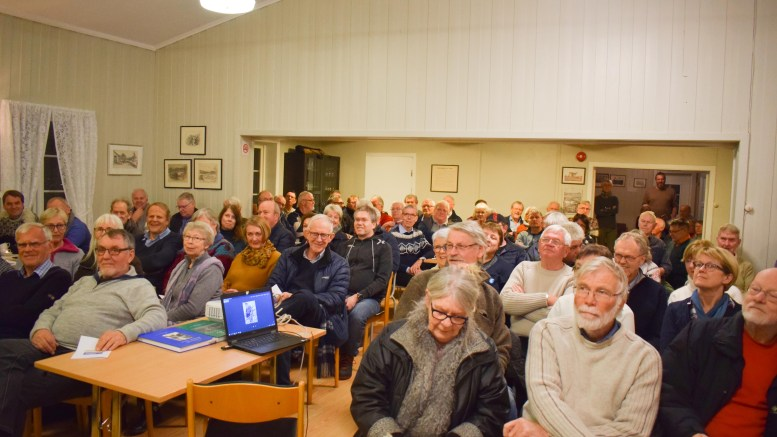 FLADEMOEN: Mange folk fra Tromøy er interessert i historie. Da Jan Tore Knudsen var hentet inn for å holde foredrag om smårederier på øya ble det fullt hus på Flademoen kretslokale. Foto: Esben Holm Eskelund