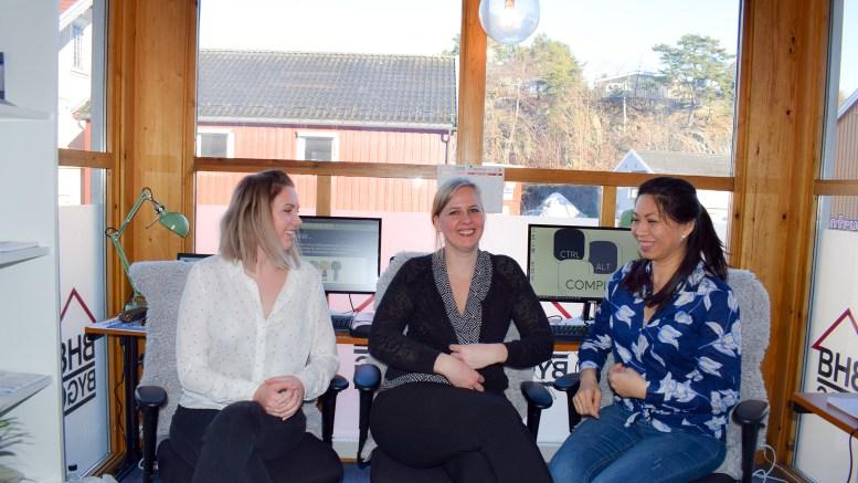 STARTET BEDRIFT:Eliann Lilleøygard (midten) fra Tromøy skapte sin egen arbeidsplass sammen med Mari Støle Jensen (t.v.) og Jade Henrickson etter å ha forlatt det de oppfattet som en usikker tilværelse i MacGregor. Foto: Esben Holm Eskelund