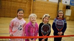 TENNISMORO: Elle Charlotte Tan Almås,Othilie Berg, Mia Arctander Eriksen og Emilia Bergmann er fire av skolebarna som lærer å spille tennis på skolefritidsordningen på Roligheden skole. Foto: Esben Holm Eskelund