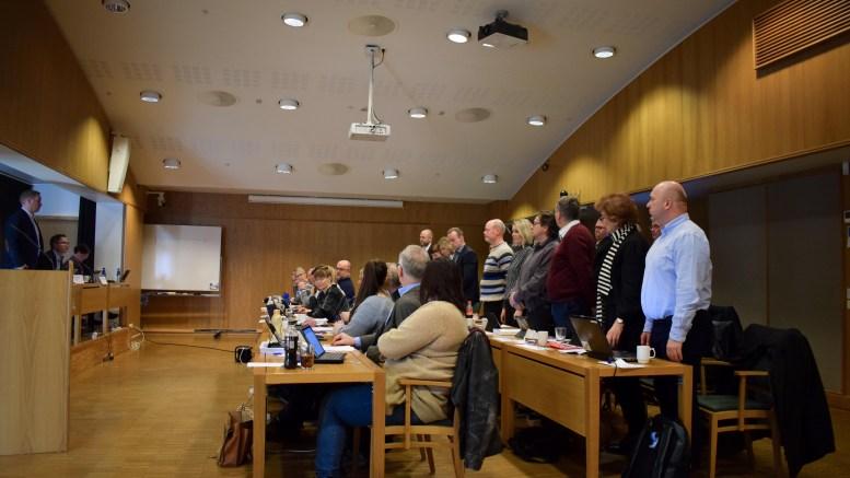 SV-JOKER: Einar Krafft Myren (Sv), i stripte genser midt i bildet, ble jokeren som sørget for en stemmes overvekt for å redusere antallet valgkretser i Arendal i bystyret torsdag. Foto: Esben Holm Eskelund