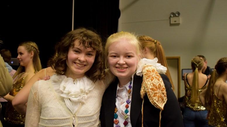 EXIT 2016 TRIBUTE: Tromøy-jentene Caroline Kristiansen (t.v.) og Anne Gundersen er elever på musikklinjen ved Dahlske videregående skole i Grimstad. Foto: Esben Holm Eskelund