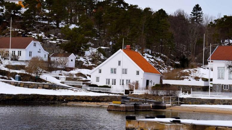 BYGNINGSVERNPRIS: Det finnes mange gamle bygninger på Tromøy, slik som «Eventyrhuset» på Rævesand, fra 1600-tallet. Aust-Agder fylkeskommune er nå på jakt etter kandidater til årets bygningsvernpris. Foto: Esben Holm Eskelund