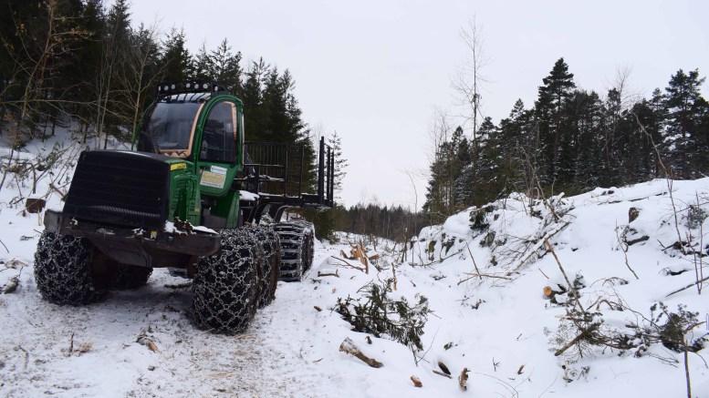 KRAFTIG HOGST: Store hogstmaskiner er i sving på Tromøy denne vinteren. Slik ser det ut ved Omholt ved Alveveien, og skoggstien opp til den gamle gruven her ligger nå i åpent landskap. Foto: Esben Holm Eskelund