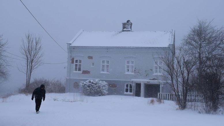 MER SPENSTIG: Frps Torbjørn Nilsen kjempet mot bitende kulde og snø på Jomfruholmen. Han ønsker seg et spenstig signalbygg på holmen i stedet for krav om et likt hus til dagens. Foto: Esben Holm Eskelund