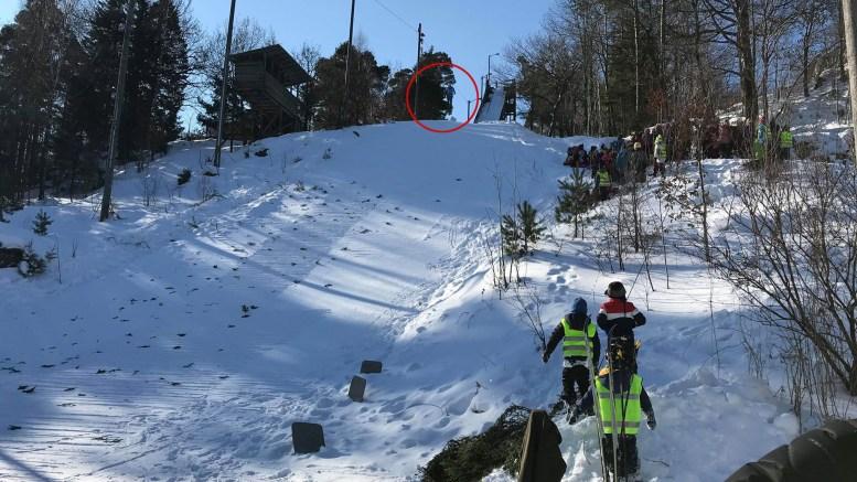 HER HOPPER HAN: Alder er ingen hindring for å hoppe på ski i Trauma-bakken når forholdene etter mange års venting endelig er optimale. Foto: Anne Steller Mortensen