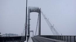 TROMØYBROA: Det er ingen fare forbundet med at broa fra 1961 har blitt noe skeivere enn før, ifølge Statens vegvesen. Foto: Esben Holm Eskelund