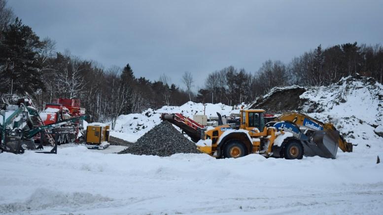 MOBILT PUKKVERK: Et steinknuseri er nå satt i drift ved den omstridte steinhaugen på et jorde på Flangeborg. Foto: Esben Holm Eskelund