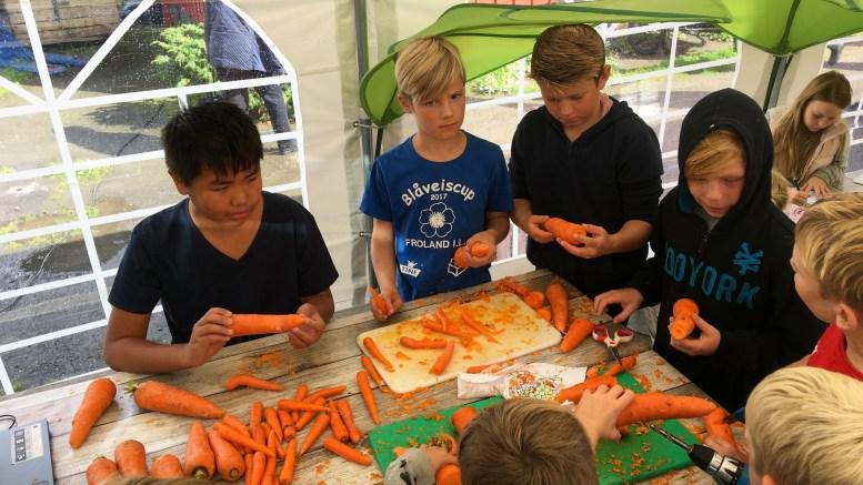 GULROTFESTIVALEN: Mange barn prøvde seg på å lage gulrotfløyte under festivalen i fjor. Foto: Esben Holm Eskelund