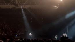 FÅ HOVE TILBAKE: Her lover vokalisten i bandet Imagine Dragons personlig å ringe for å få Hovefestivalen tilbake. Foto: @IiIith/Twitter