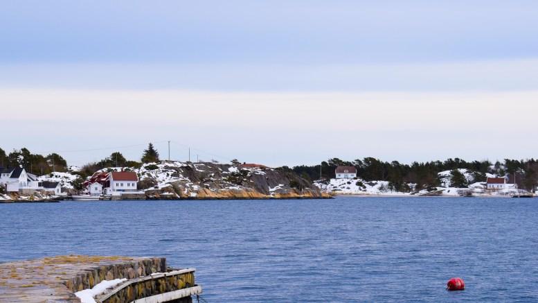 KATTEN: På folkemunne er odden midt i bildet kalt opp etter husdyret katt. I bakgrunnen Gjesøya. Foto: Esben Holm Eskelund