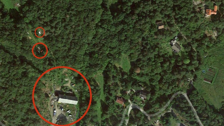 SKRAPHANDEL: Kommunen dro på befaring dagen etter det ble ringt inn en bekymringsmelding om hvordan det ser ut på gården. Skrot er lagret over et stort område på eiendommen (rød markering). Foto: Google Kart