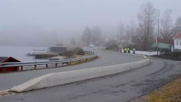 LIVSFARLIG: Å krysse veien her er livsfarlig mener en Sandum-beboer og ber vegvesenet om en ekstra åpning i betongrekkverket. Foto: Esben Holm Eskelund
