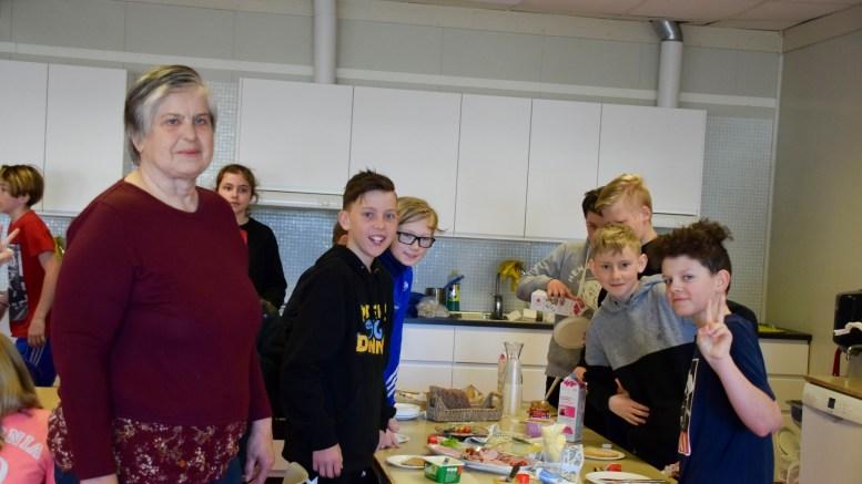SUNN SKOLESTART: Frøydis Knudsen ved Sandnes skole disker opp med gratis skolefrokost på Sandnes skole en dag i uka. Det har blitt superpopulært blant elevene. Foto: Esben Holm Eskelund