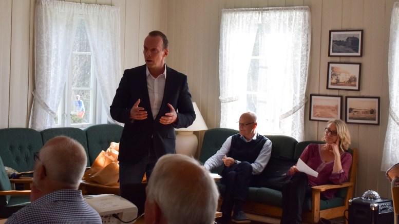 FRIVILLIGHET: Pål Koren Pedersen fikk en metaforisk gave etter innlegget sitt om frivillighet på årsmøtet i nystiftelsen Tromøy Frivilligsentral. Foto: Esben Holm Eskelund