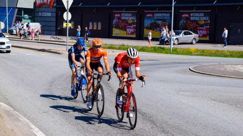 TOUR DE FJORDS: Ledertrioen med Aksel Fischer Aasheim (Norge) på tredje, Floris Gerts (Nederland) på andre og Michael Gogl (USA) i tet suste forbi Krøgeneskilen i sykkelrittet Tour des Fjords. Foto: Esben Holm Eskelund