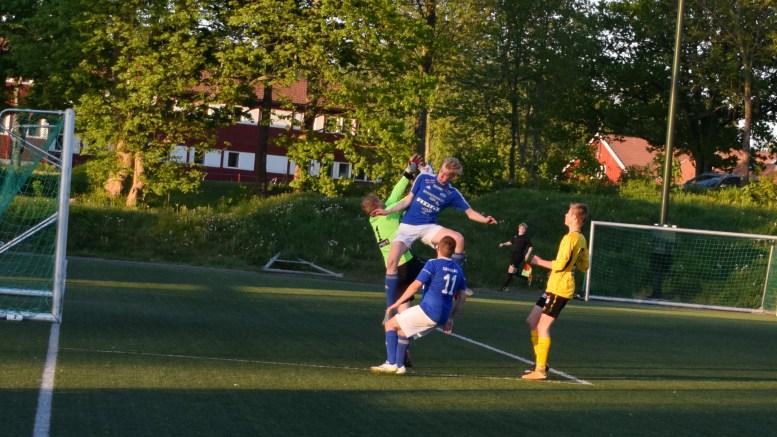 PRØVDE HARDT: Thomas Emil Bekkvik fløy til tider høyt for å få ballen i mål. Her prøver han og Marius Velsvik Veland (11) å få ballen i nettet på Hove kunstgress mot Rygene. Foto: Esben Holm Eskelund