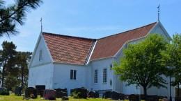 TROMØY KIRKE: Kirken er en av to på Tromøy, og er kanskje den foretrukne for mange som velger å inngå ekteskap. Foto: Esben Holm Eskelund