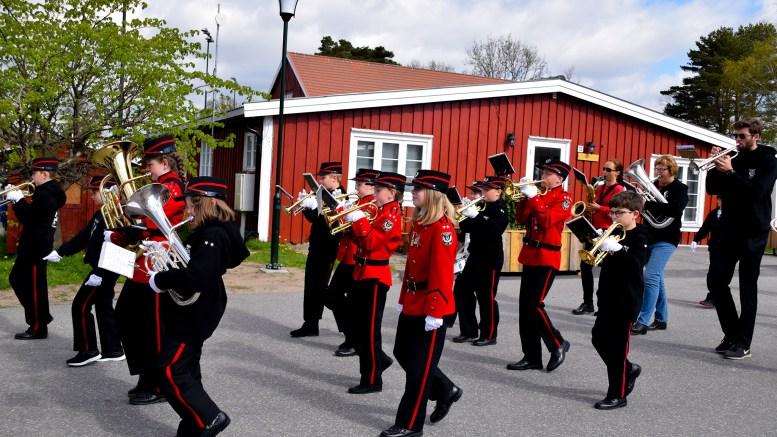 KLARE: Tromøy skolemusikkorps har brukt de siste ukene på å finpusse marsjeringen. Her fra Hove lørdag. Foto: Esben Holm Eskelund