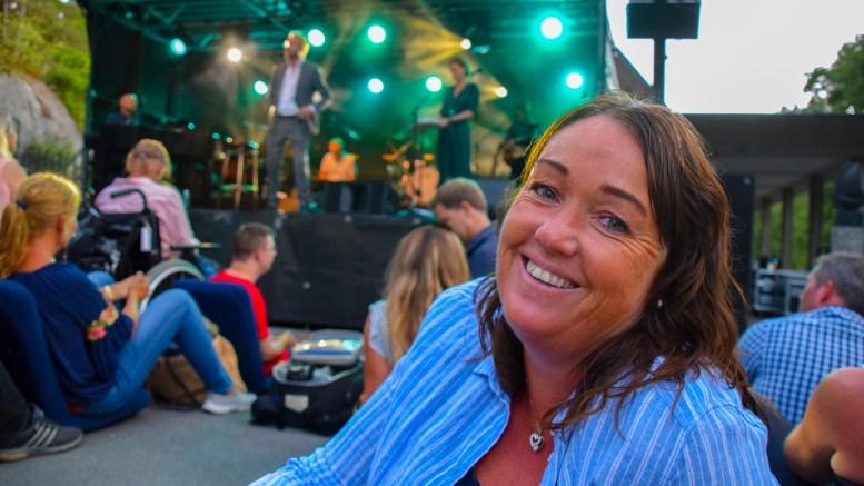 HELTEN PÅ SCENEN: Siri Lauvrak fra Tromøy er trolig landsdelens største fan av Sigvart Dagsland. Under Canal Street på Arendal kirkegård var hun selvfølgelig på plass - på første rad. Foto: Esben Holm Eskelund