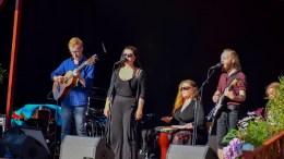CORAL ESTATE: Det lokale bandet og Tromøy-artisten Ingrid Narjord Dose satte publikum i festivalstemning da de åpnet festivalen fredag ettermiddag. Foto: Esben Holm Eskelund
