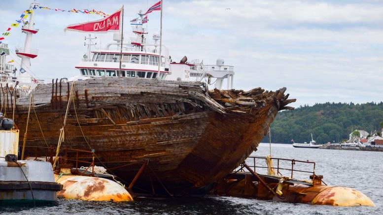 SLEPEBÅT: Vraket av Maud lå i Arendals havnebasseng i flere timer, før det passerte Pusnes på vei ut Tromøysund med kurs mot Asker. Foto: Esben Holm Eskelund