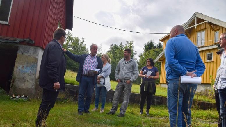 OMDALSVEIEN: Byggmester Lassesen hadde kommuneplanutvalget og landbruksrådgiver Morten Foss på befaring sist uke. Foto: Esben Holm Eskelund