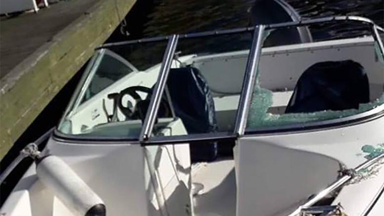 TRAFF BÅT: Båten fikk knust en frontrute i sammenstøtet med Merdøferga. Foto: Privat