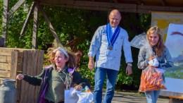 GULROTKAKEVINNERE:Andrea Kristine Henriksen og Ella Oline Fossnes-Drolsund vant den gjeveste prisen under Gulrotfestivalen på Tromøy i helgen. Foto: Esben Holm Eskelund