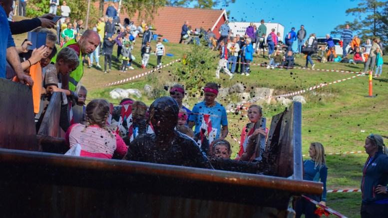 MAX GJØRME: Barn og unge i Hove Max viste hva et gjørmebad skal være godt for! Foto: Esben Holm Eskelund