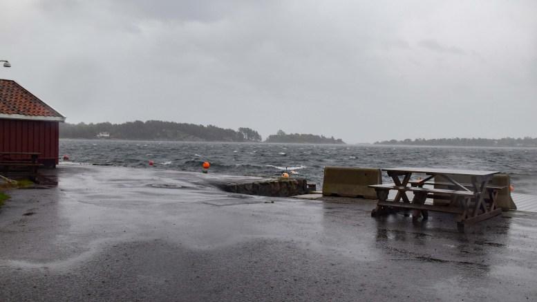 EKSTREMVÆR: Stormen «Knud» vil han bli hetende i vårt område, om ikke meteorologene oppjusterer ekstremvarselet også for Sørlandskysten. Det var friskt på Rævesand fredag formiddag. Foto: Esben Holm Eskelund