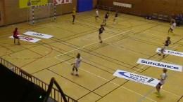 BRINGSERIEN: Traumas 16-åringer laget enda flere hull enn det opprinnelig var i Horten-nettingen i Holtanhallen søndag. Foto: handballtv.com