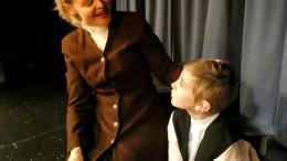CHARLIE CHAPLIN: Ola Petrus Holm Eskelund (11) spiller Charlie Chaplin som barn. Her sammen med Nina Zachariassen. Foto: Innsendt