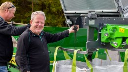 GAMMEL MORO: Leder i Østre Tromøy trim og idrettsklubb er veldig fornøyd med resultatet etter oppryddingen med Turf Cleaner. Foto: Esben Holm Eskelund