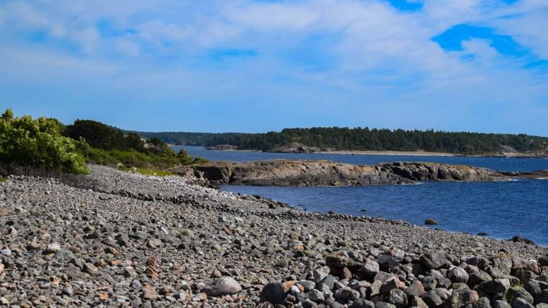 RYDDING I NASJONALPARKEN: Til helgen inviteres det til ryddeaksjon både over og under vann rundt Merdø i Raet Nasjonalpark. Her ser du Laksebergbukta sommeren i år. Foto: Esben Holm Eskelund