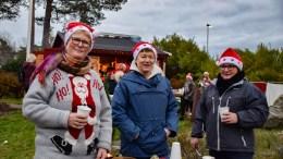 JULEMARKED: Tone Hilde Sørensen (t,v,), Irene Ljøstad og Ellen Johansen Sogorka er tre av flere ansatte som frivillig stiller opp og lager julemarked på dugnad for beboere og pårørende ved Tromøy bokollektiv. Foto: Esben Holm Eskelund