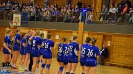 FULL HALL: Tribunen i Tromøyhallen var fullpakket av supportere da Traumas jenter 16 møtte Forus Gausel i Bring-serien søndag. Foto: Esben Holm Eskelund