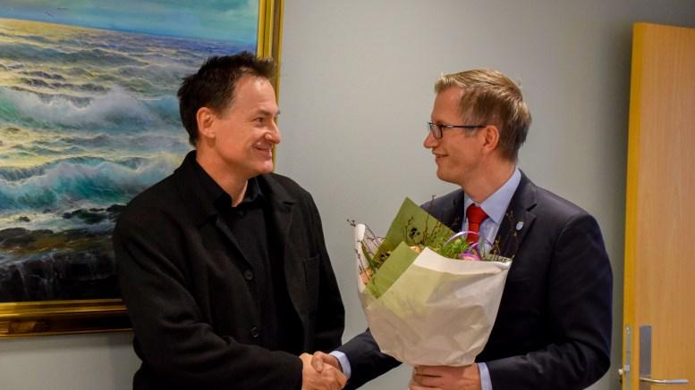 MARKERING: Tromøy-mannen Halvor Knutsen fikk blomster, kake og gode ord fra en stolt ordfører Robert C. Nordli, som markerte at Knutsen har fått tildelt Sørlandet Kompetansefonds forskningspris for 2018. Foto: Esben Holm Eskelund