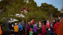 PYNTET MED BARN: I julefurua på Lillevidden er det selvsagt plass til klatrende barn. Foto: Esben Holm Eskelund