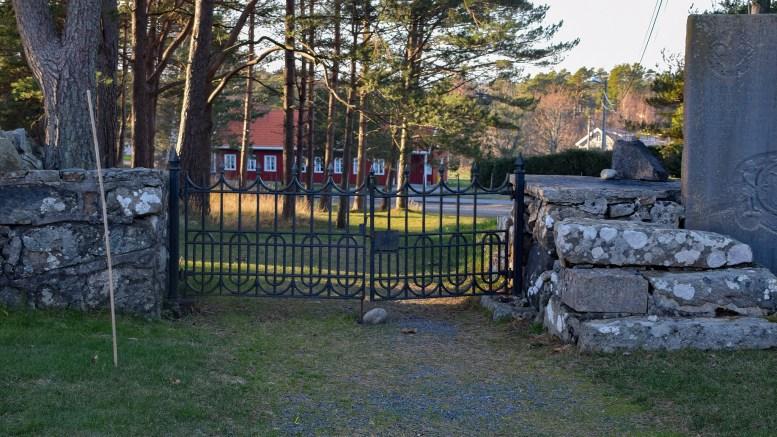 TROMØY KIRKEHISTORIE: Hvorfor går denne trappen ved siden av smijernsporten på kirkegården på Tromøy kirke. Det er et av svarene kunsthistoriker Anne Marie Falck svarer på i sin nye bok om Tromøy kirke. Foto: Esben Holm Eskelund