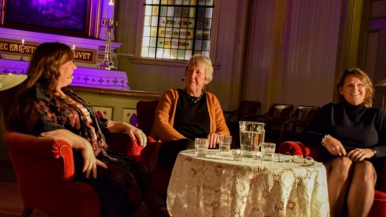 TETT PÅ: Tidligere sogneprest Åsta Ledaal var først ut da Iren Matheussen og Merete Haslund inviterte til nysatsingen Tett på i Færvik kirke fredag. Foto: Esben Holm Eskelund
