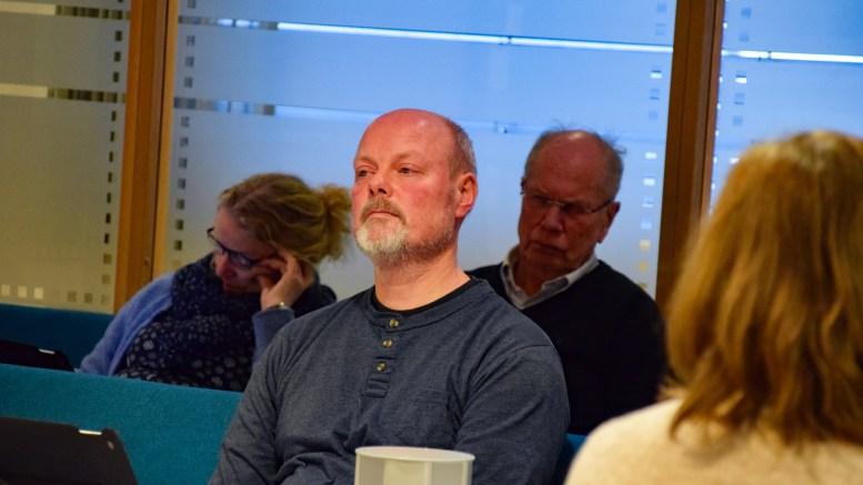 JOMFRUHOLMEN: SVs Einar Krafft Myhren fikk ikke gjennomslag for partiets forslag om ikke tillate riving og nybygg av hovedhus på Jomfruholmen. I bakgrunnen O.G. Ottersland Eiendom AS konsulent i saken, tidligere ordfører Einar Halvorsen fra Tromøy. Foto: Esben Holm Eskelund