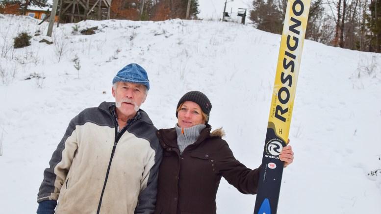 TRAUMABAKKEN: Jon og Anette Gjerrestad bruker Traumabakken aktivt når det er snøforhold for skihopping, men er oppgitt over at folk aker i unnarennet og dermed ødelegger gleden. Foto: Esben Holm Eskelund