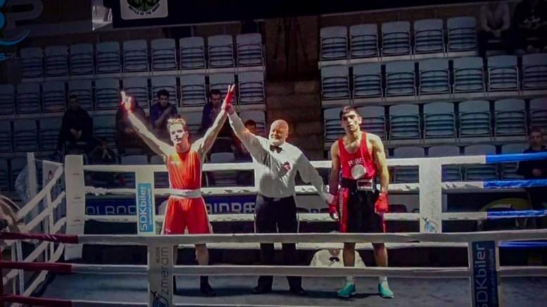 GULLVINNER: Nabil André Belkhir (19) til venstre i bildet, vant gull i eliteklassen under Viking Box Cup i Danmark nylig. Foto: Privat